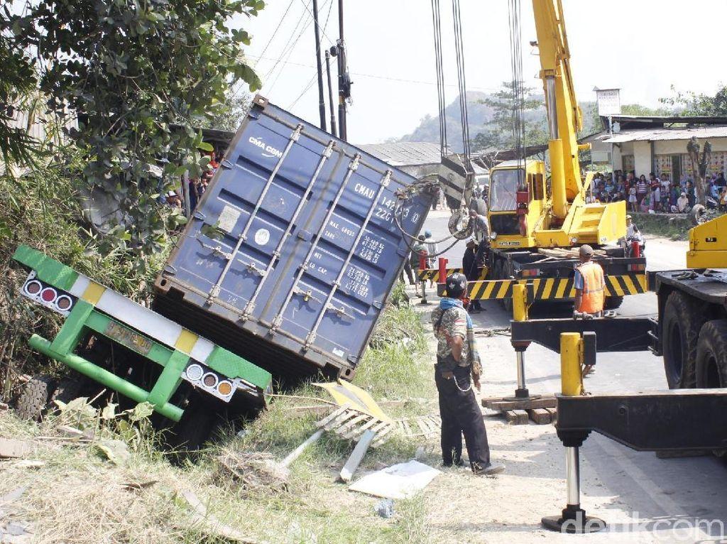 Truk Masuk Parit Tewaskan Sopir, Jalur Bandung-Cianjur Padat Merayap