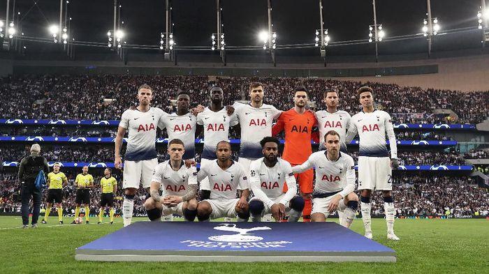 Tottenham Hotspur ingin berfoto satu tim sebelum kick-off. (Foto: Julian Finney/Getty Images)