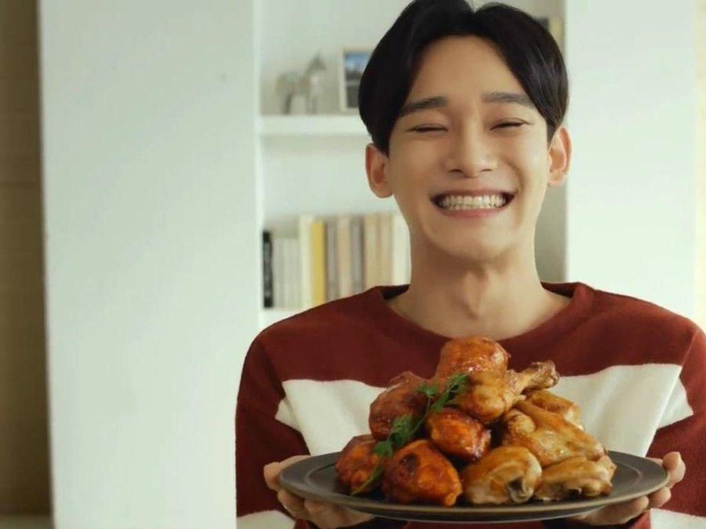 Berkunjung ke Indonesia, Ini Pose Chen EXO yang Doyan Udon dan Ayam Goreng