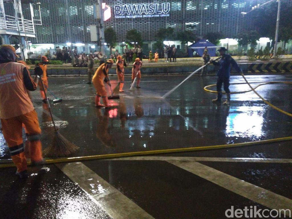 Malam-malam, Petugas PPSU dan Damkar Kembali Bersihkan Jalan Depan Bawaslu