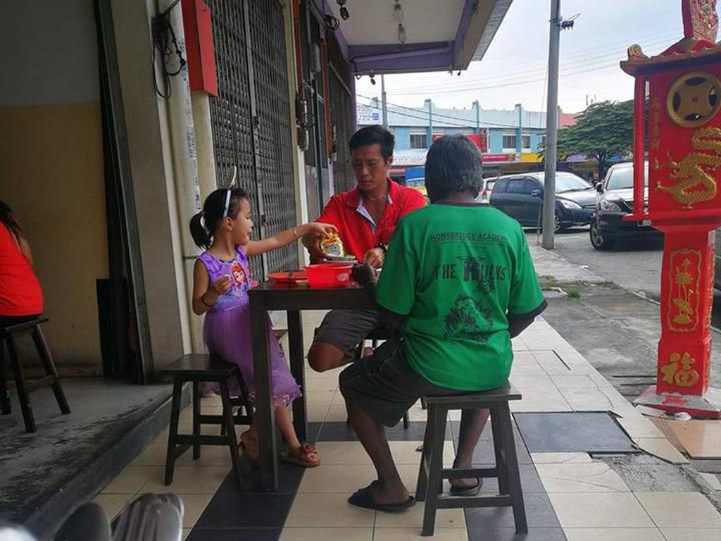 Foto Viral Ayah dan Anak Ajak Makan Gelandangan Ini Menghangatkan Hati
