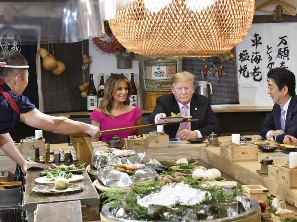Berada di Jepang, Donald Trump Santap Burger dan Robatayaki di Roppongi