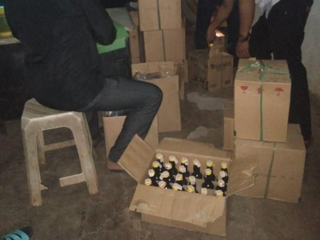 Polisi Sita Ratusan Botol Miras di Warung Jamu di Bekasi