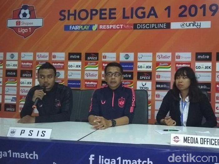 Pelatih PSIS Semarang Jafri Sastra dan pemain Mahesa Jenar Komarudin. (Foto: Eko Susanto/detikcom)