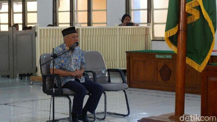 Dwi Irianto, anggota komisi wasit PSSI, menjalani sidang di PN Banjarnegara.  (Uje Hartono/detikSport)