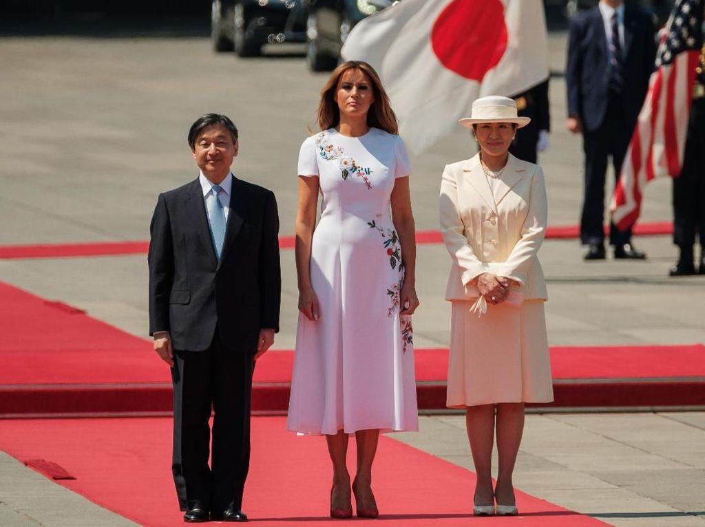 Foto: Adu Gaya Elegan Melania Trump dan Istri Kaisar Jepang yang Baru