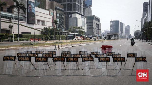 Tameng polisi dipasang untuk membatasi kendaraan yang meliintas di kawasan MH Thamrin, Jakarta, Senin, 27 Mei 2019. Kawasan MH Thamrin berangsur namun aparat keamanan siaga berjaga. CNNIndonesia/Safir Makki