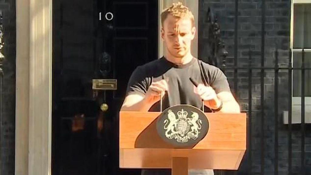 Potret Teknisi Tampan Podium PM Inggris yang Bikin Netizen Gagal Fokus