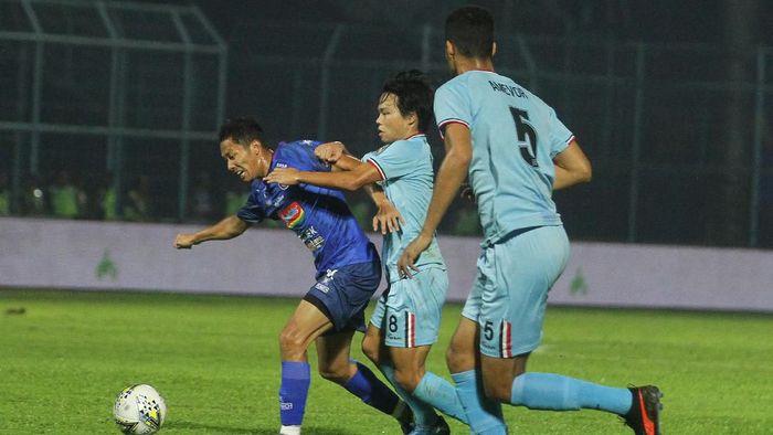 Arema FC saat menghadapi Persela Lamongan (ANTARA FOTO/Ari Bowo Sucipto)