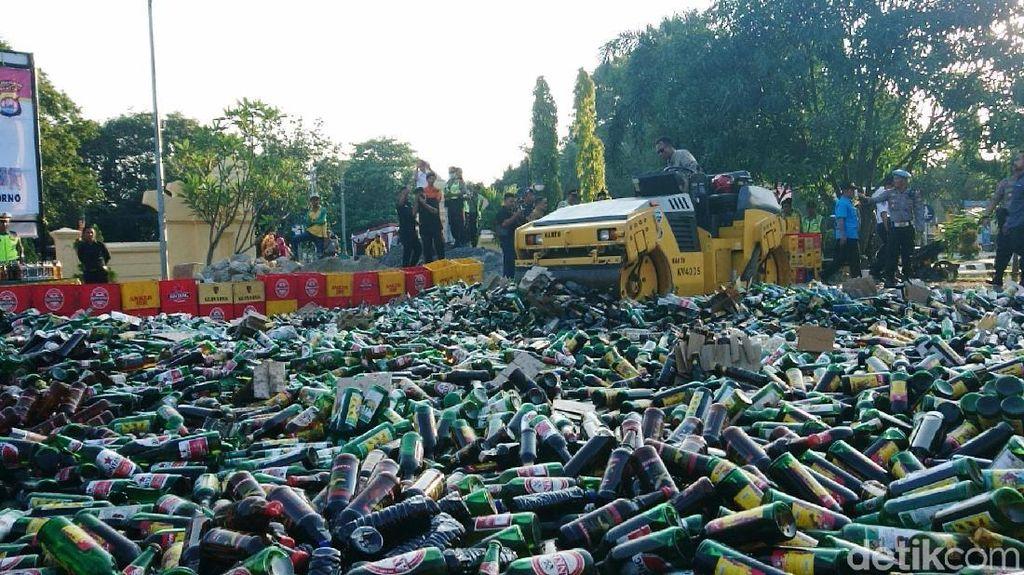 Ribuan Botol Miras Dimusnahkan dengan Digilas Alat Berat