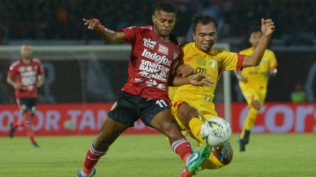 Pesepak bola Bali Bhayangkara FC, Muhammad Fatchu Rochman (kanan) berebut bola dengan pesepak bola Bali United Yabes Rony Malaifani dalam pertandingan Sepak Bola Liga 1 2019 di Stadion I Wayan Dipta, Gianyar, Selasa (21/5/2019). ANTARA FOTO/Nyoman Budhiana/ama.