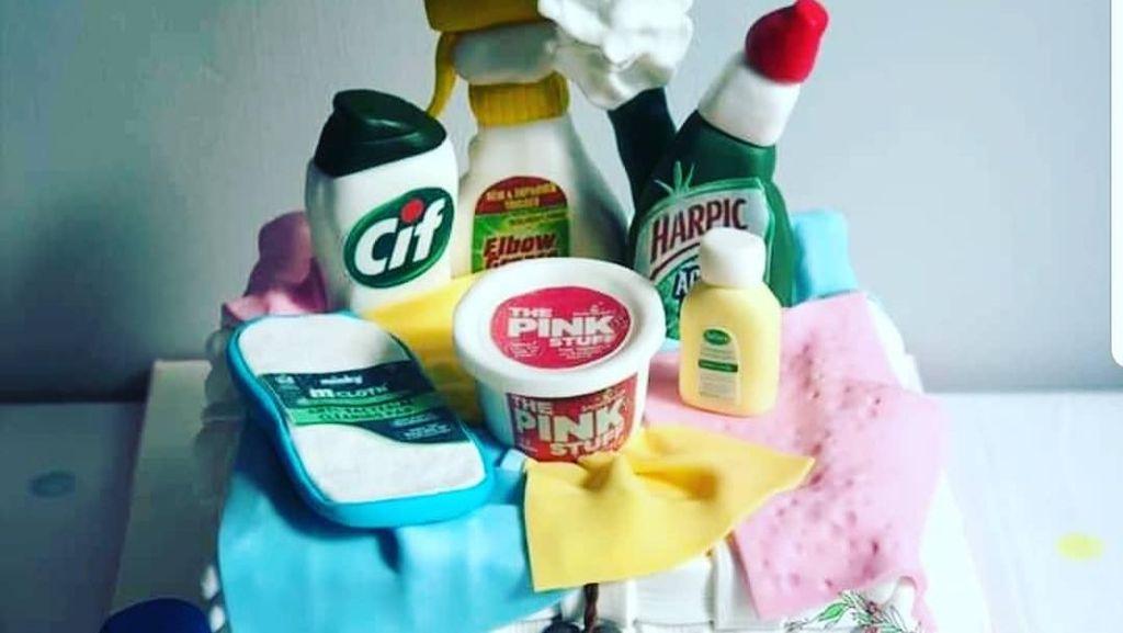 Uniknya Tren Cake dengan Hiasan Sabun dan Alat Bersih-bersih