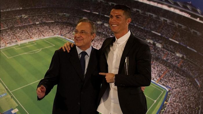 MADRID, SPAIN - NOVEMBER 07:  Cristiano Ronaldo of Real Madrid embraces club President Florentino Perez  following his press conference after signing a new five-year contract with the Spanish club at the Santiago Bernabeu stadium on November 7, 2016 in Madrid, Spain.  (Photo by Denis Doyle/Getty Images)