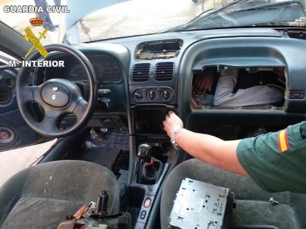 Demi Masuk ke Eropa, Pria Afrika Sembunyi di Laci Dasbor Mobil
