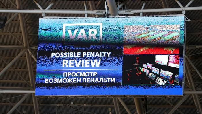Video Assistant Referee (VAR) diwacanakan ada di Liga 1. (Foto: Michael Steele/Getty Images)