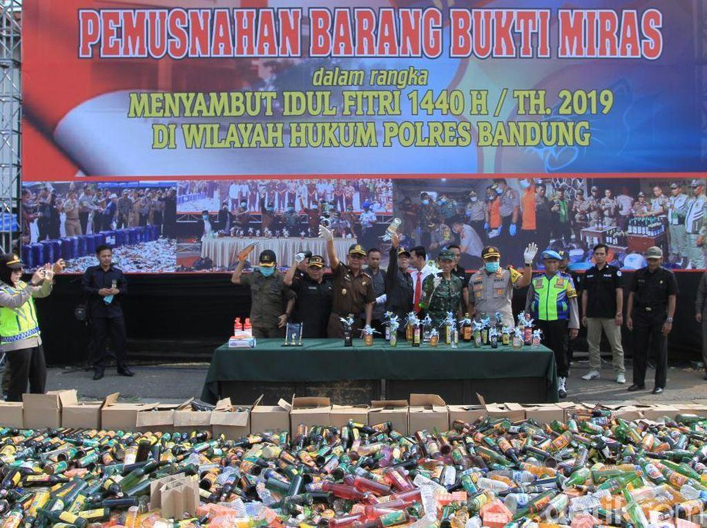 Puluhan Ribu Miras Dimusnahkan Polres Bandung dan Garut