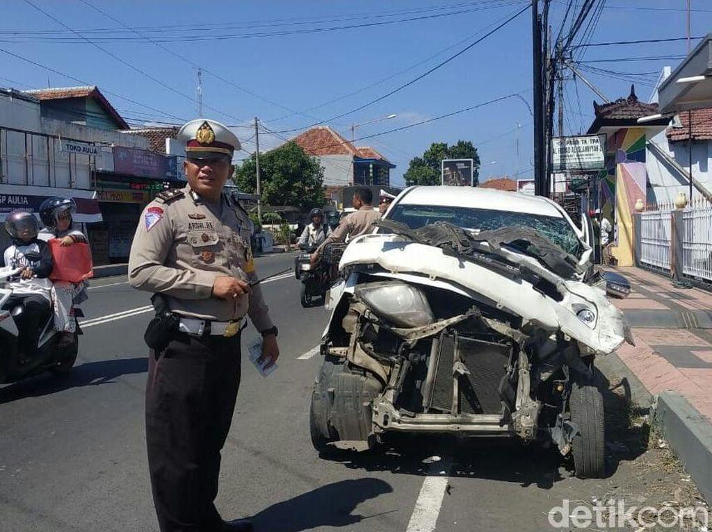 Ngantuk, Mobil Pemudik Tabrak Truk Boks Sedang Parkir