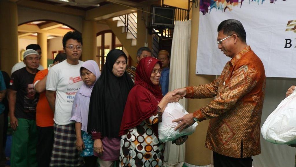 Mega Peduli Bagikan Sembako di Kawasan Masjid Rainul Hamim Mampang
