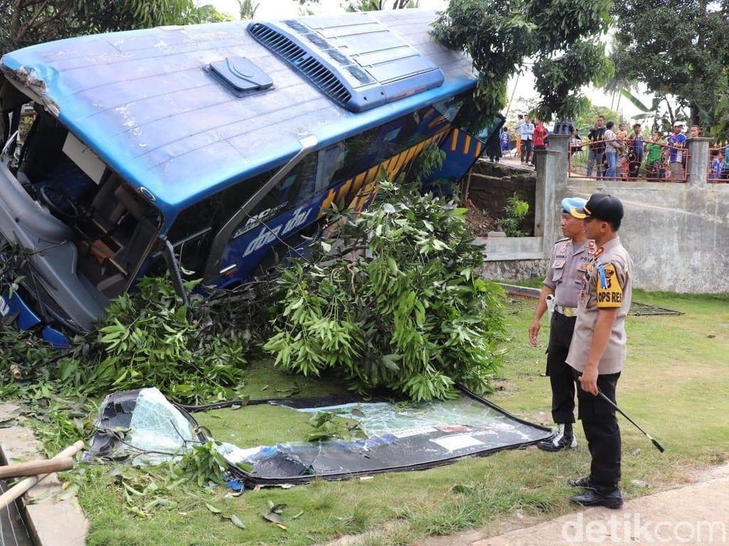 Bus Doa Ibu dan Budiman Tabrakan di Jalur Limbangan