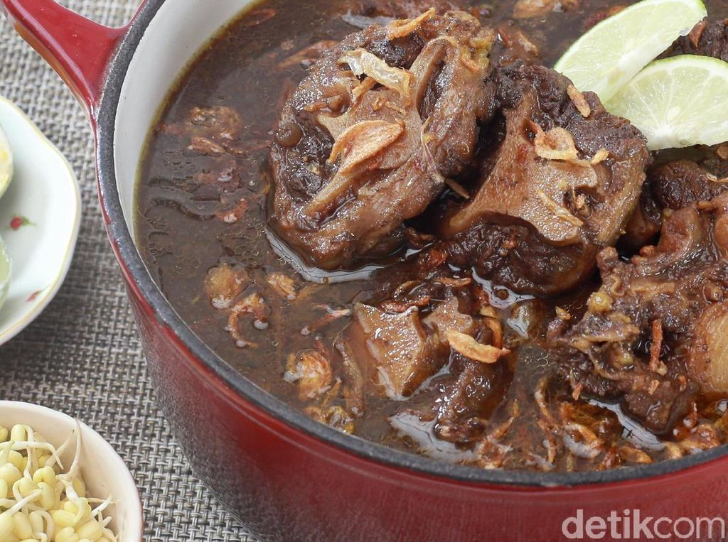 Menu Harian Ramadhan ke-25 : Uenak! Rawon Buntut Spesial untuk Makan Malam