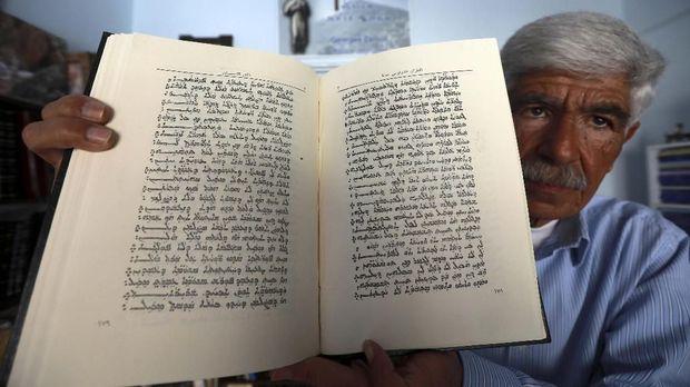 George Zaarour memperlihatkan buku berisi bahasa Aramaic.