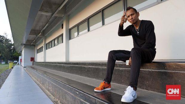 Rochi Putiray: Rambut Nyentrik, Sepatu Belang, dan AC Milan