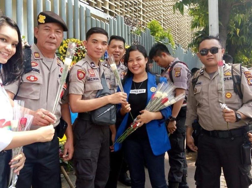 Relawan Generasi Satu Indonesia Bagikan Bunga ke TNI-Polri