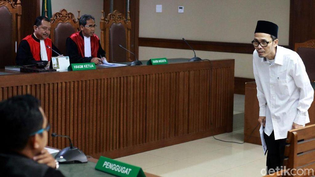 Berpeci Hitam, Pejabat Kemenag Penyuap Rommy Hadapi Dakwaan