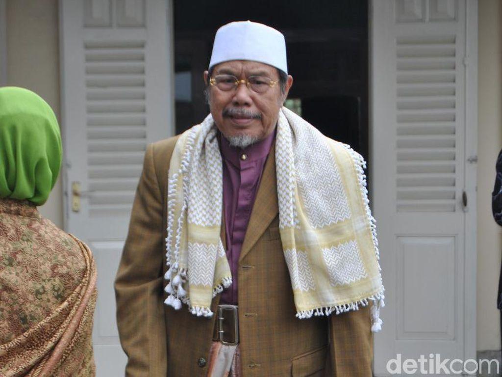 Jenazah KH Tolchah Hasan akan Dimakamkan di Pemakaman Keluarga