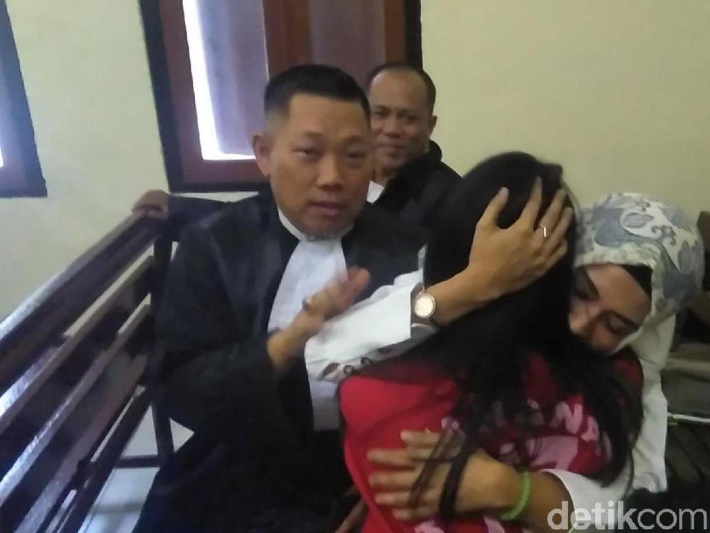 Tangis Bahagia Muncikari Vanessa Angel Meski Divonis 5 Bulan Penjara