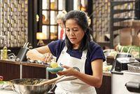 Bikin Rempeyek Kacang, Wanita Indonesia Ini Dapat Pujian Chef Dunia