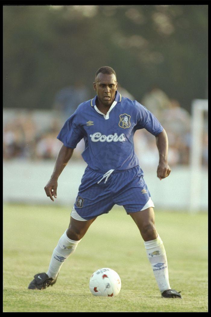 David Rocastle sempat membela Arsenal delapan musim sejak 1984 hingga 1992 dan menyumbang 6 gelar, termasuk dua trofi Divisi Satu. Pada 1994, setelah dari Leeds United dan Man City, Rocastle menyebrang ke Chelsea dan mengantar The Blues menjadi runner up Piala Winners 1995. Pada 2001, ia tutup usia (Foto: Allsport UK/Getty Images)