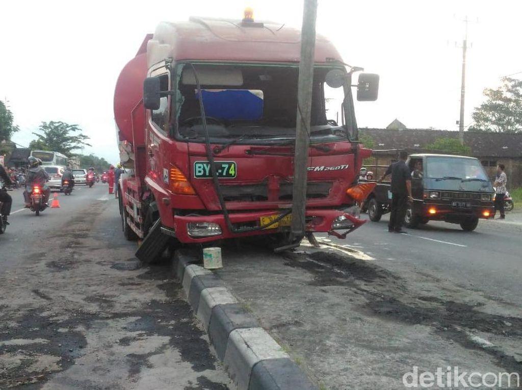 Disalip Bus, Truk Tangki BBM Tabrak Pembatas Jalan di Boyolali