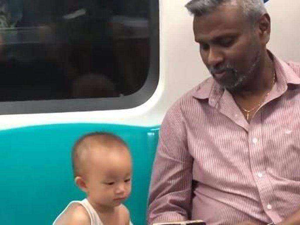 Viral, Balita Nonton Video Bareng Penumpang Asing di MRT Ini Menggemaskan