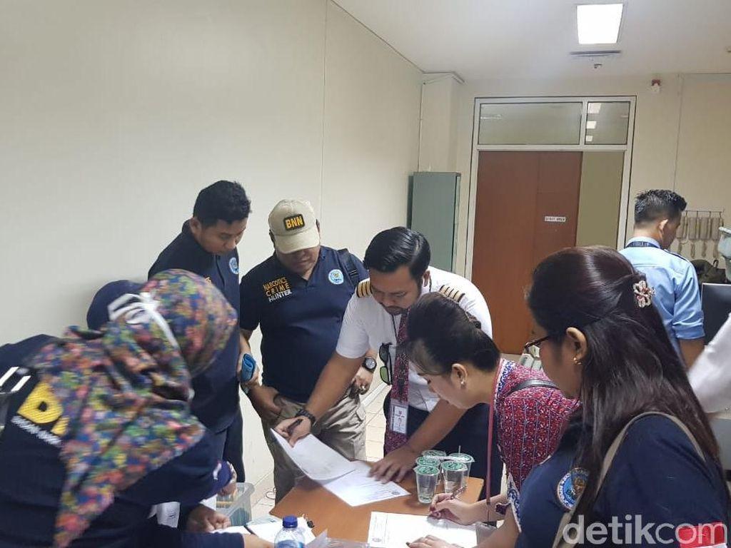 Razia di Bandara Pekanbaru, BNN Riau Tes Urine Pilot dan Pramugari