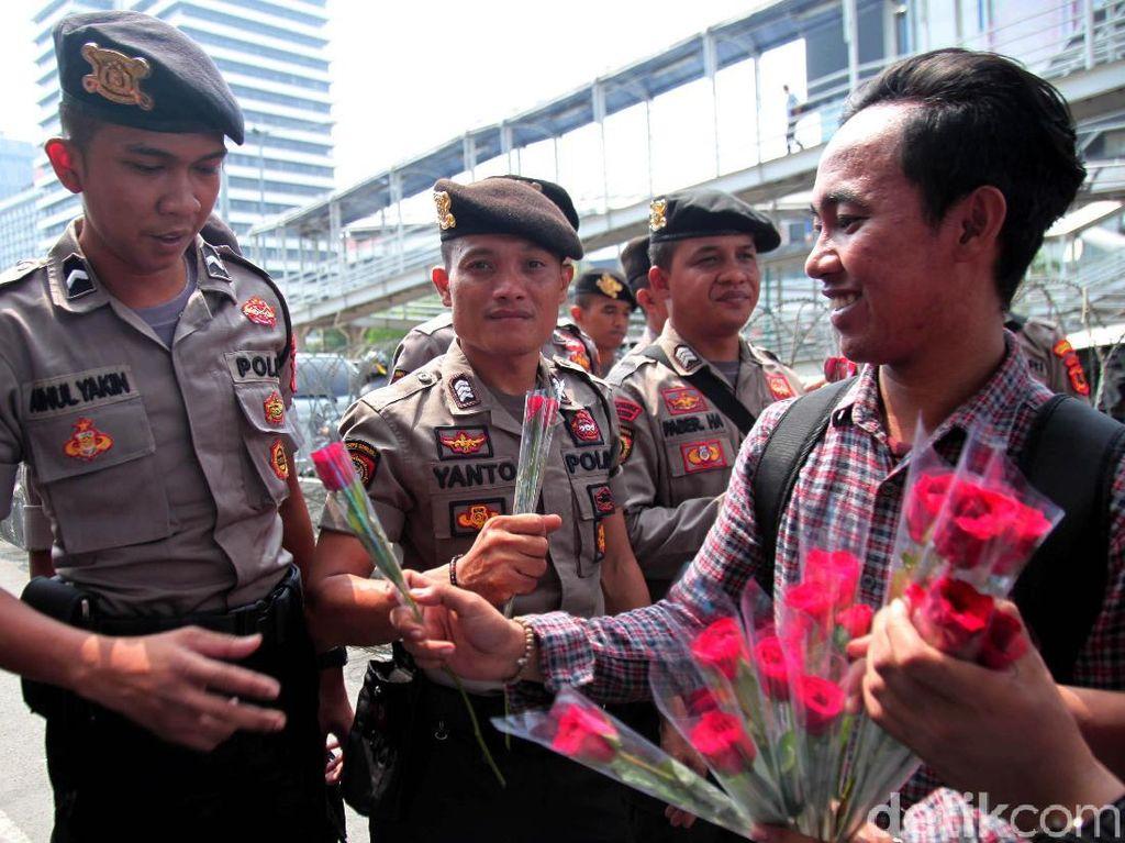 Massa Bagikan Bunga untuk Dukung Polri Usut Kerusuhan 22 Mei