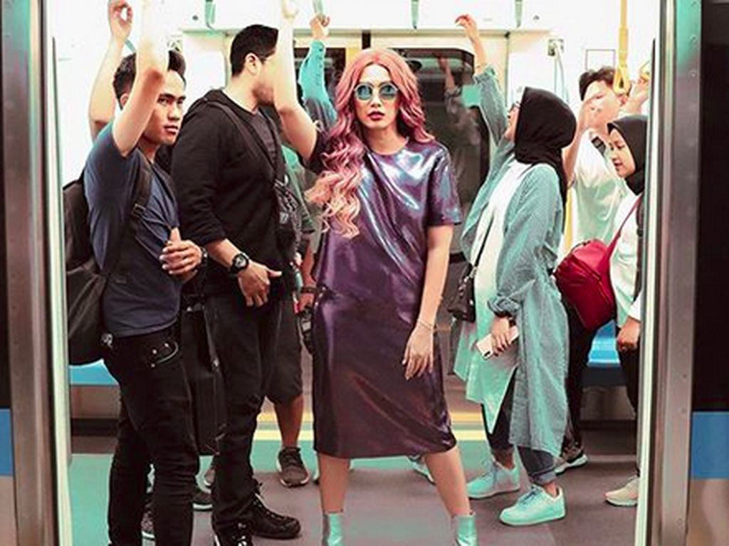 Ussy Tampil Nyentrik Foto di MRT, Ada Hal Ini yang Bikin Salfok