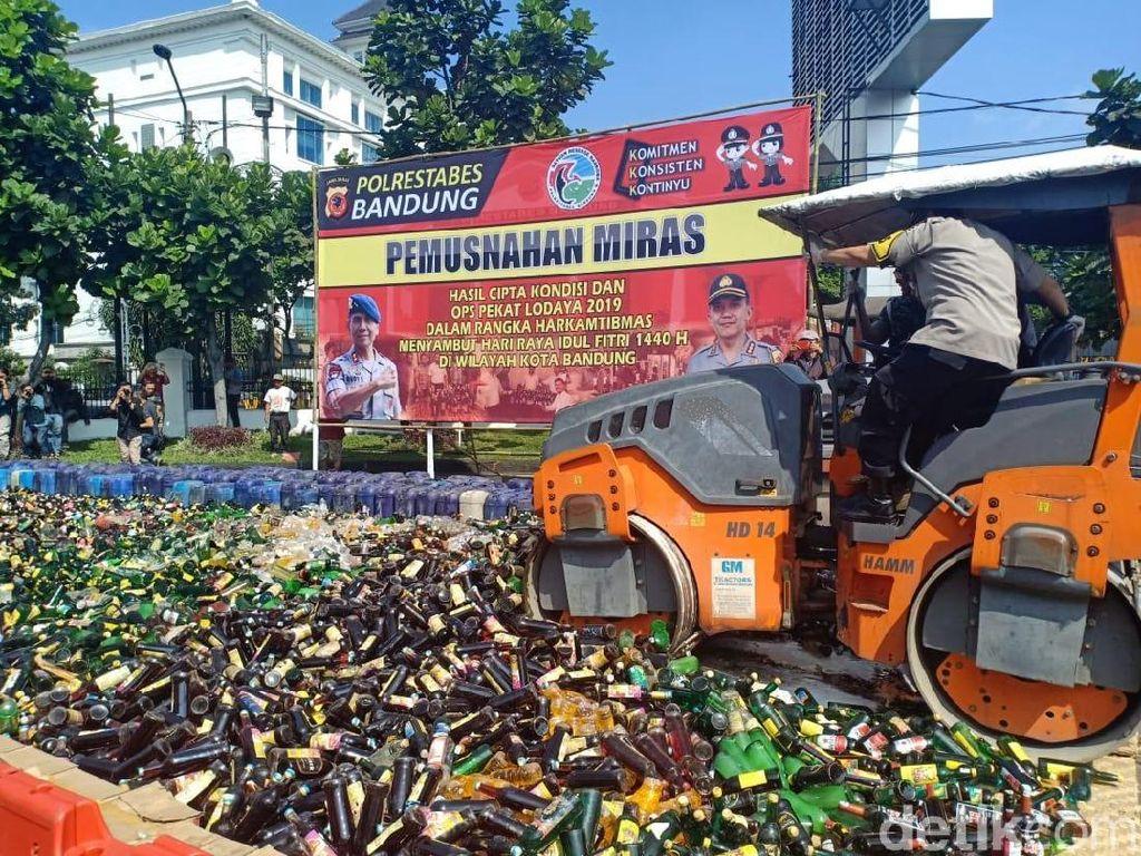 Jelang Lebaran, 39 Ribu Miras di Bandung Digilas Alat Berat