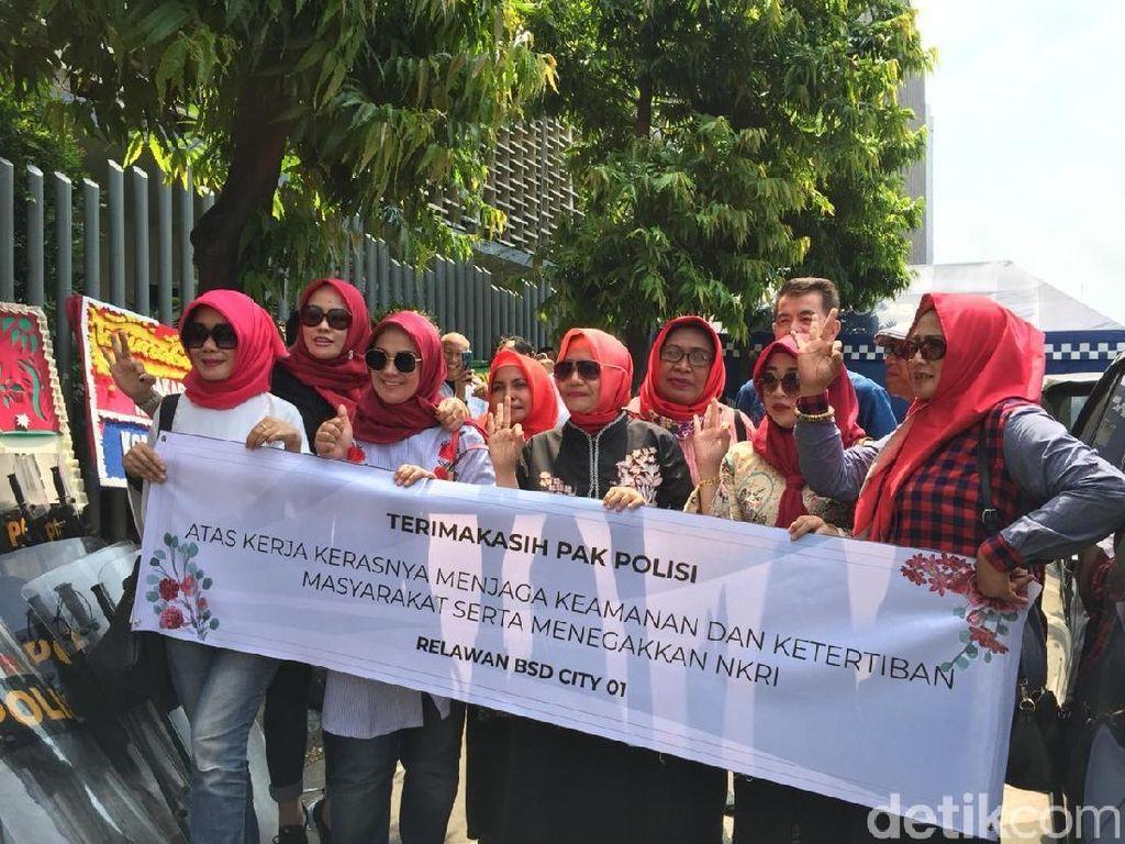 Emak-emak Bagikan Bunga, Sarung hingga Kue ke TNI-Polri di Bawaslu