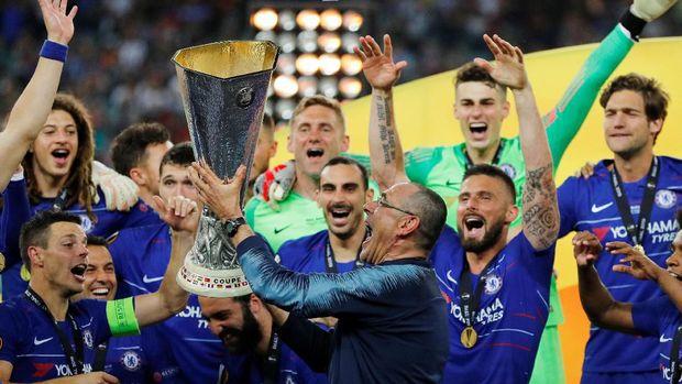 Maurizio Sarri meluapkan kegembiraan usai Chelsea juara Liga Europa. (