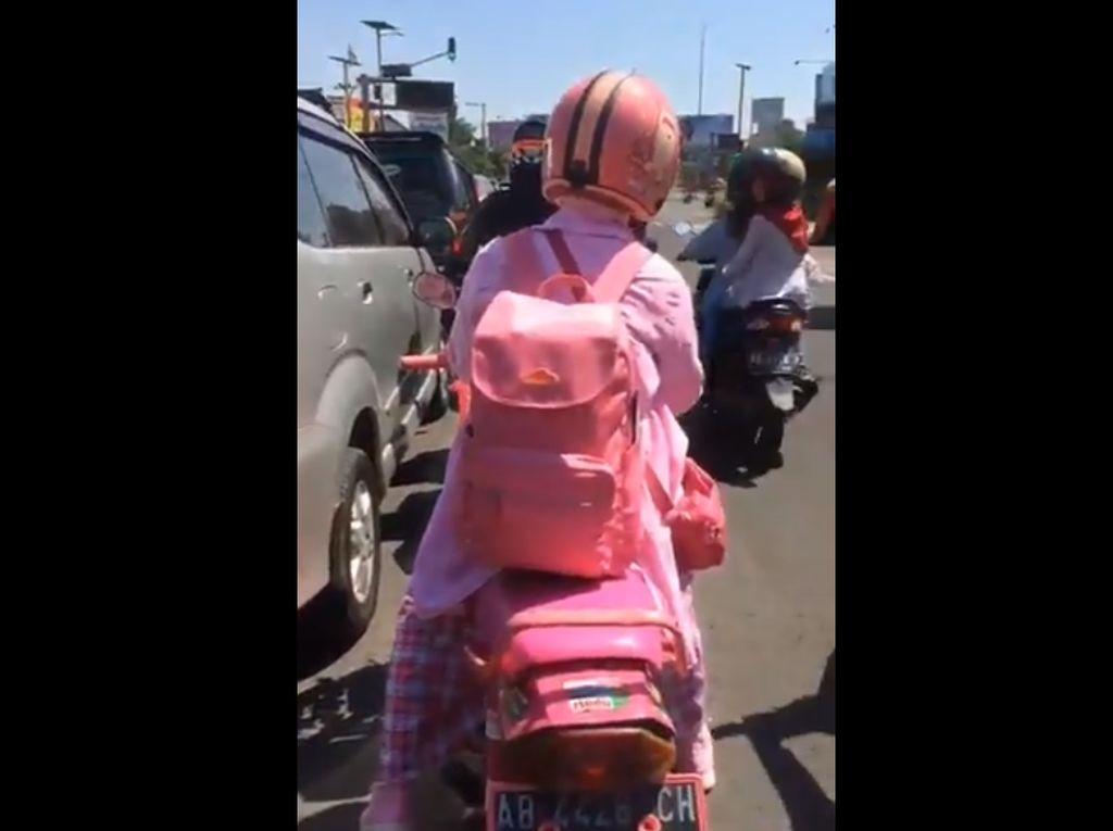 Pengendara Motor Bebek Nyentrik Serba Pink di Yogyakarta