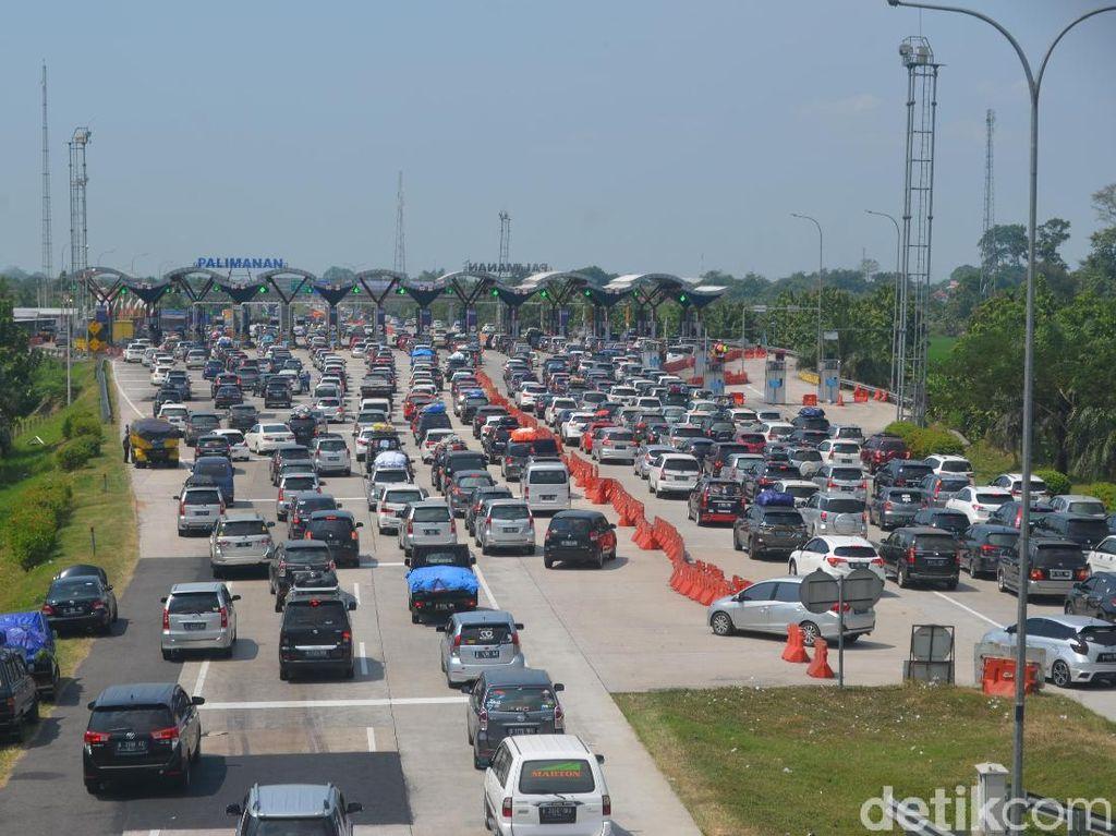 Volume Kendaraan Meningkat, Antrean di Tol Palimanan Capai 2 Km