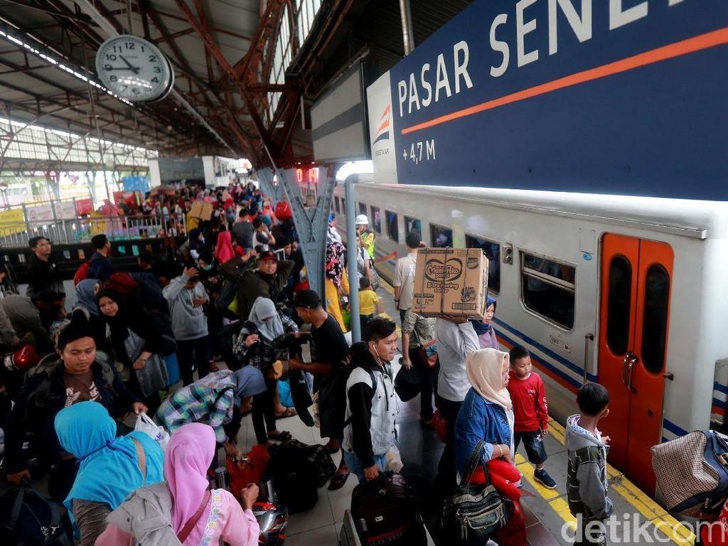 Angka Pemudik Mulai Menanjak di Stasiun Pasar Senen