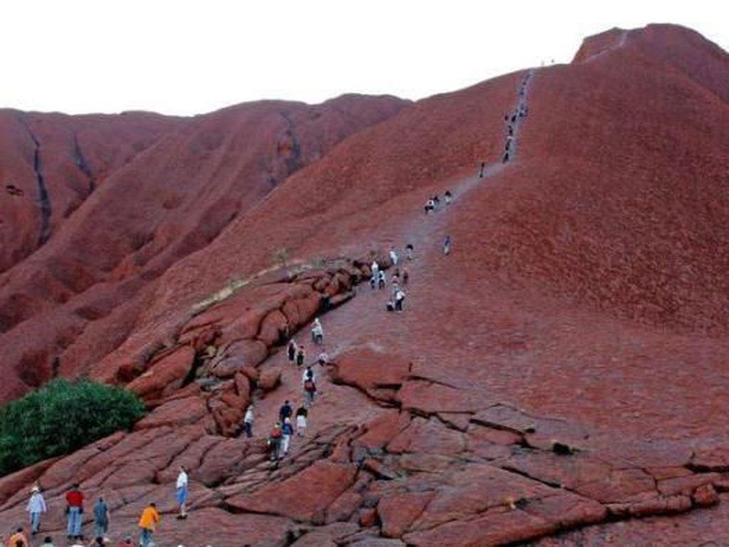 Wisatawan Berlomba Manfaatkan Kesempatan Terakhir Mendaki Uluru