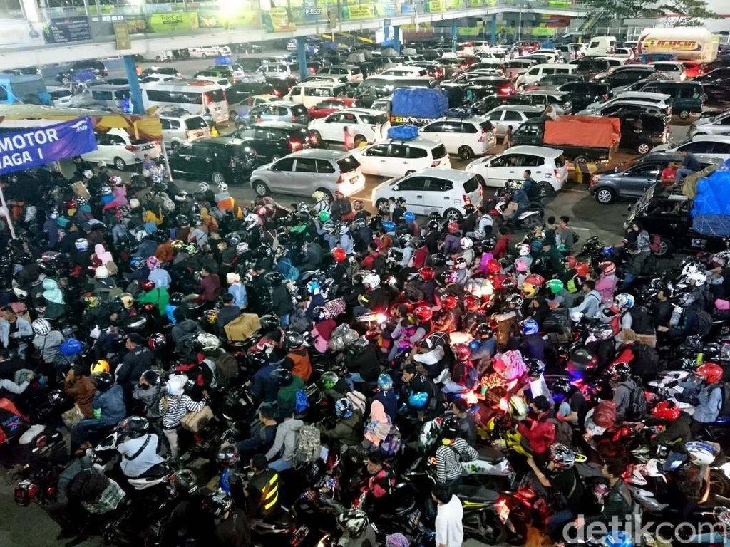 Jelang Sahur, Pelabuhan Merak Terpantau Padat