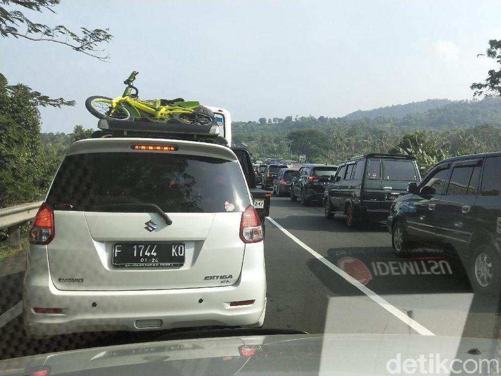 H-6 Lebaran: Gerbang Tol Merak Macet Parah, Pemudik Stuck 2 Jam