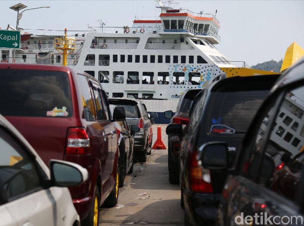 Kepadatan Pemudik di Dermaga Eksekutif Pelabuhan Merak