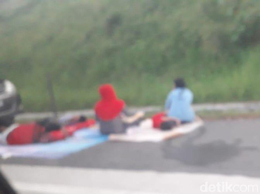 Terjebak Macet di Tol Cipali, Pemudik Gelar Tikar di Bahu Jalan