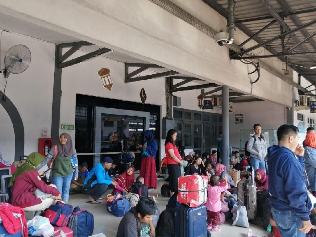 Stasiun Senen Padat, Pemudik Duduk di Lantai Tunggu Keberangkatan