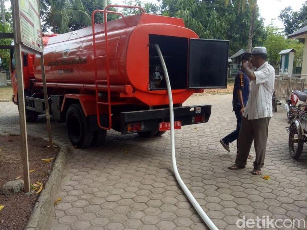 Desa di Aceh Besar Krisis Air, Pemadam Dikerahkan Isi Bak Penampungan